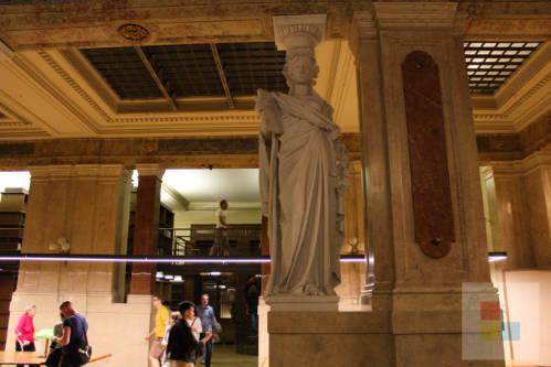 Statue in der Bibliothek