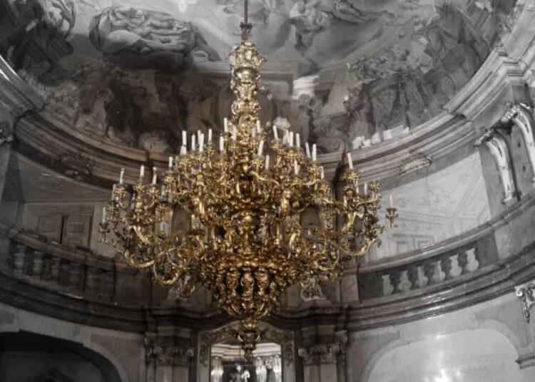 Großer Kronleuchter im Colloredo Mansfeld Palast