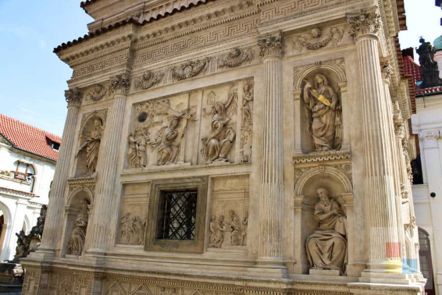 Relief an der Santa Casa